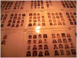 入口すぐに貼ってある全学生の写真。ここでのイケメン・美女査定は学生生活の基本らしい。