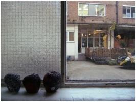 窓から中庭を臨む。向い側は学食。窓の脇のリンゴは腐っているのではなく、誰かの作品。
